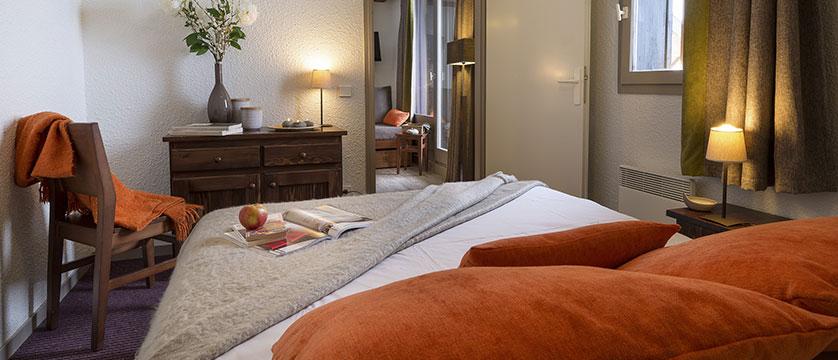 france_alpedhuez_lesbergers-aparments_bedroom.jpg